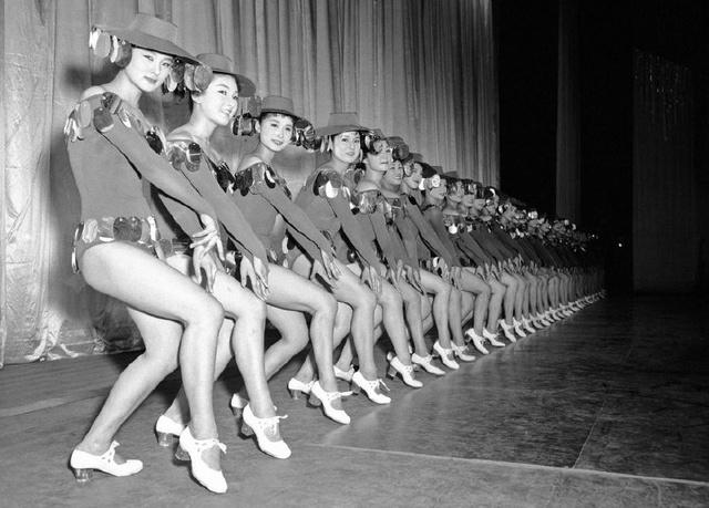 158년 7월, 춤추고 있는 일본 여학생들