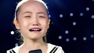 눈물흘리며 노래 부르는 여자아이