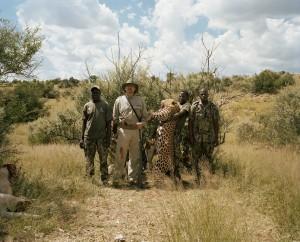 표범을 잡은 사냥꾼들