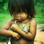 한 여자아이가 배가 고파 죽은 쥐를 안고 있는 장면