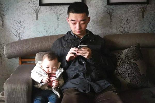 아기에게 휴대폰을 가르치는 아빠