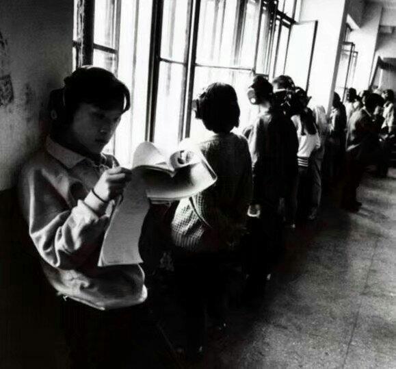 해드폰을 끼고 영어 방송을 듣고 있는 중국 대학생들