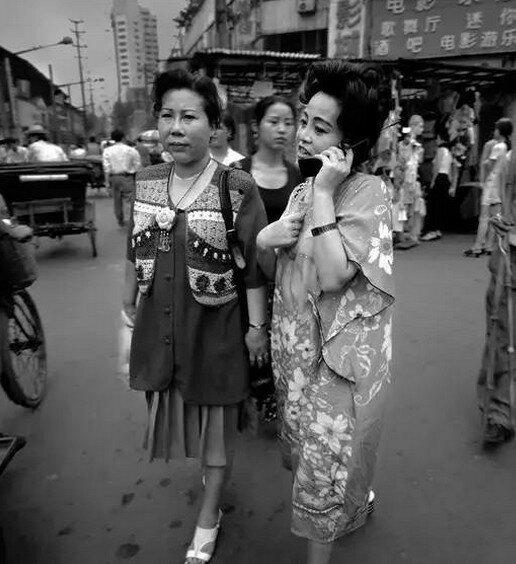 90년대 말, 통화중인 거리 여성
