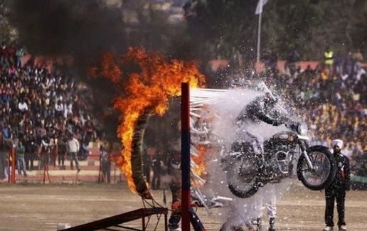 오토바이를 타고 묘기를 하는 남성