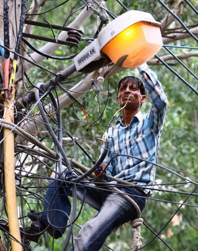 가로등을 수리하고 있는 전기공