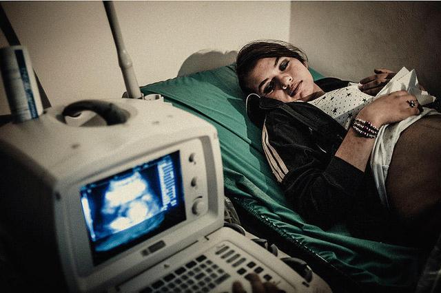초음파 검사를 받고 있는 여성