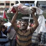 이스라엘의 폭격을 맞아 사망한 파키스탄의  아기를 들고 있는 아버지
