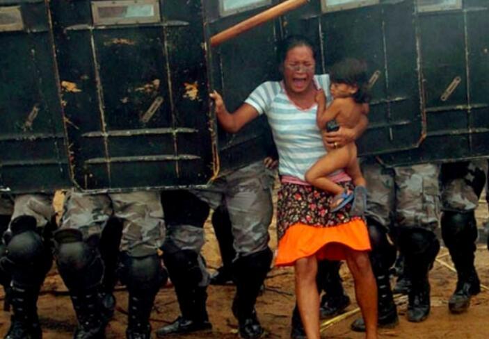 딸을 안고 경찰에게 항의하는 어머니