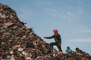 쓰레기를 줏고 있는 남성