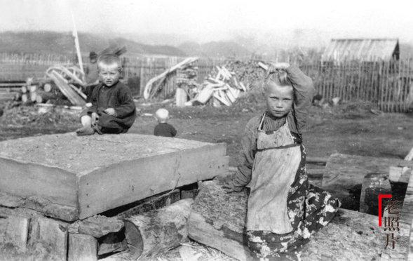 중국 동북에서 놀고 있는 러시아 아이들