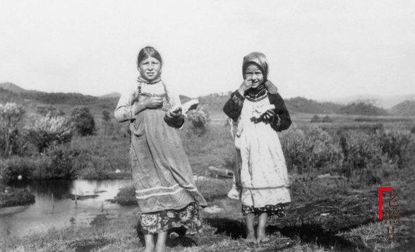 중국 동북에서 놀고 있는 러시아 여자아이들