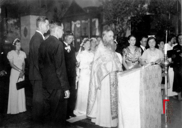 동북의 한 교회에서 결혼하는 러시아 인들