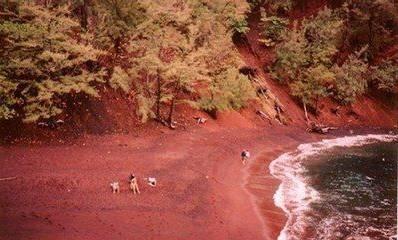 붉은색 모래사장 출처 - BAIDU