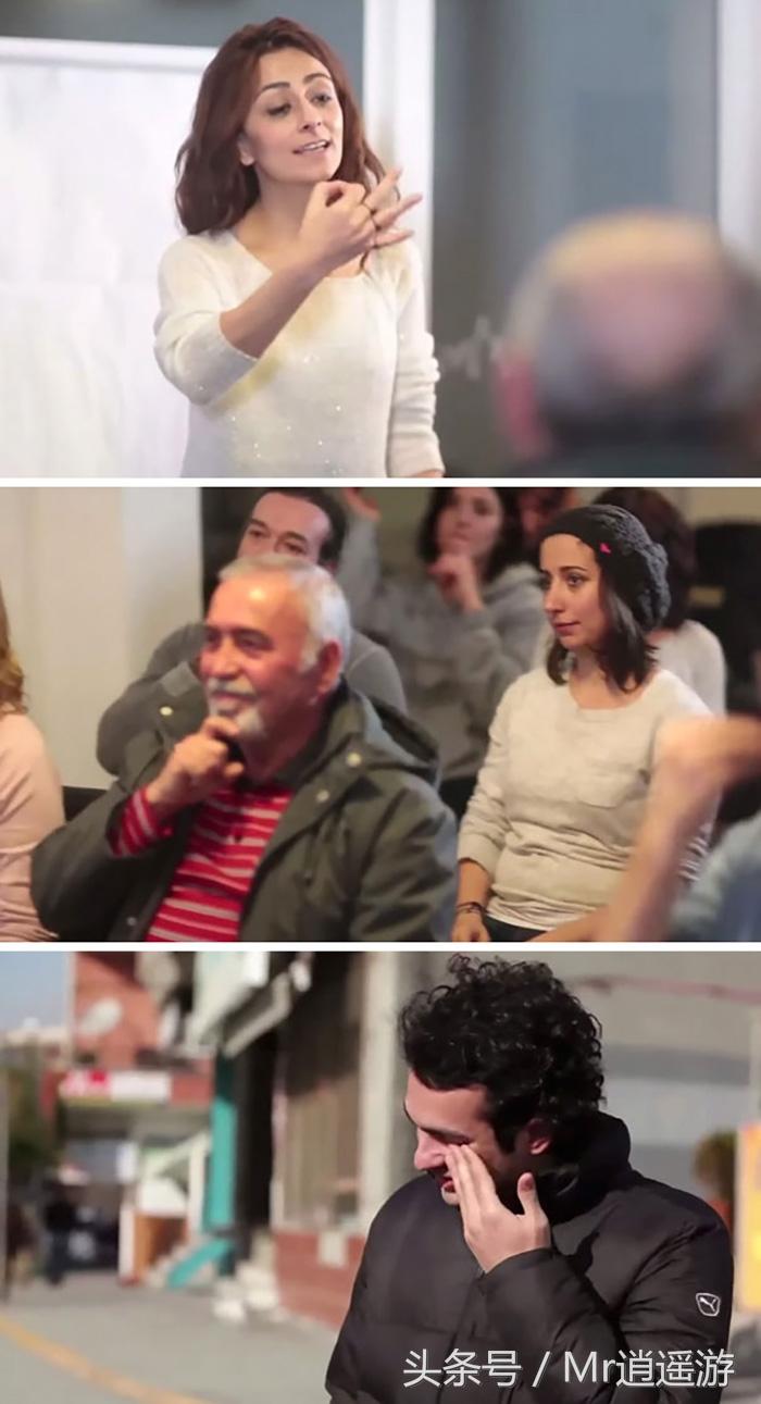 청각을 잃은 남성을 위해 촌의 모든 사람들이 수화를 배우는 장면