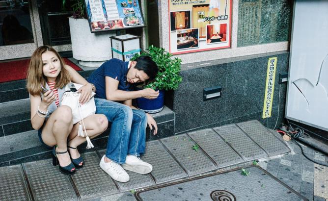 화분을 베개로 자는 일본남성