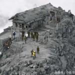 이 사진은 일본의 온타케 산의 폭발로 인해 화산재가 산을 덮쳤다. 구조대가 사람들을 구조하고 있는 장면이다.