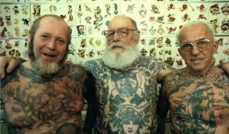 우정의 표시로 문신을 한 전우들