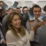 ▲ 삼성전자로부터 갤럭시노트8 깜짝 선물을 받은 승객들이 기뻐하고 있다. 이미지 - 삼성전자 스페인 법인 페이스북