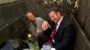 """전신에 """"쓰레기""""를 입고 쓰레기 통에서 음식을 찾는 부자"""