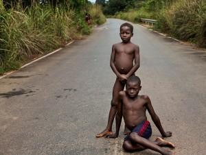옷도 없이 생활하는 아프리카 아이들