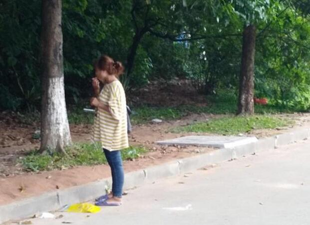 [중국]20대 열렬한 사랑의 여성 남자친구에게 버려졌지만 한 자리에서 6개월 기다려