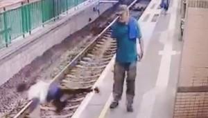 ▲ 지하철 선로에 서 있던 여성을 이유 없이 밀어 추락시킨 남성.