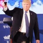 ▲ 술이 아닌 콜라로 건배제의를 하고 있는 트럼프 대통령의 모습. 놀랍게도 그는 평생 술, 담배, 마약 등을 손에 대지 않고 살아왔다.