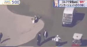 ▲ 일본 언론에 의해 공개된 아베 총리의 굴욕 장면. 아베 총리가 벙커 밖으로 나가려다 몸의 균형을 잃고 뒤로 자빠지는 모습이 포착됐다.