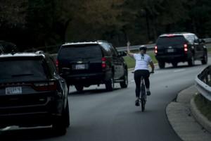 ▲ 트럼프 차량 행렬에 손가락 욕설을 한 줄리 브릭스먼. 이미지 - 브릭스먼 SNS