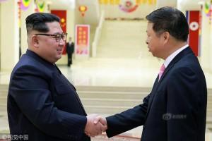 김정은 중국 예술단 단장과 악수 (출처 - 중국 신랑신문)