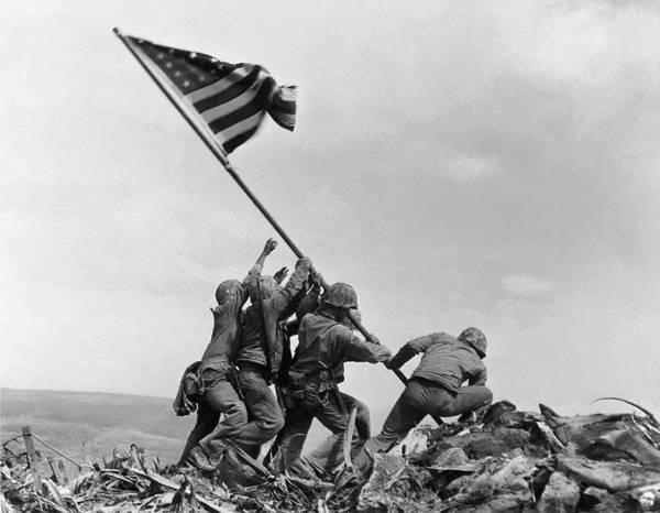 일본 이오섬에서 깃발을 꼳는 미군