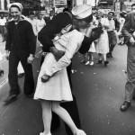 일본 무조건 항복 후 뉴욕 시대광장에서 한 군인과 여호사의 뜨거운 키스