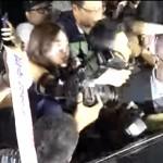 김기춘 전 비서실장이 석방된 가운데 동부경찰서 앞은 그를 성토하는 극좌세력들로 일대 아수라장이 됐다.