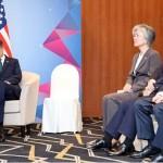 지난 15일 아세안 정상회의 때 펜스 미국 부통령이 예정 시간에 도착하지 않아 졸고 있는 문 대통령의 모습.