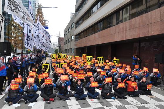전국택배연대노동조합이 21일 서울 중구 CJ대한통운 본사 앞에서 택배노동자 총파업대회를 열고 있다. 이미지 = 뉴스원 제공